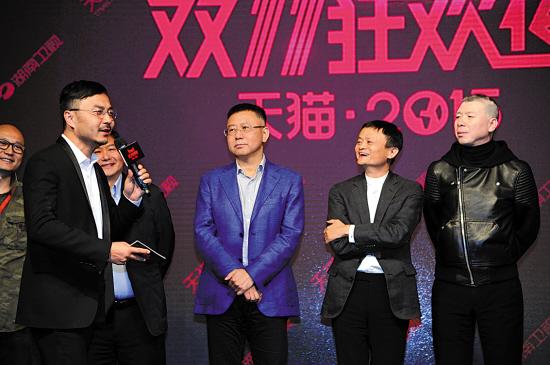 冯小刚(右一)与马云(右二)出席发布会