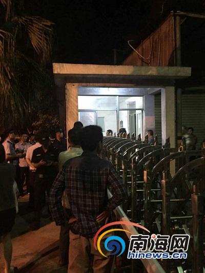 11月1日晚11时左右,业主闻到异味找到这家饲料厂要求进厂查看遭拒,与企业工作人员发生争执。南海网记者 姜飞 摄