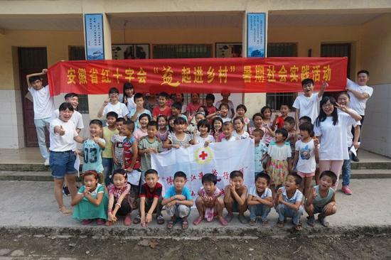 志愿者与孩子合影
