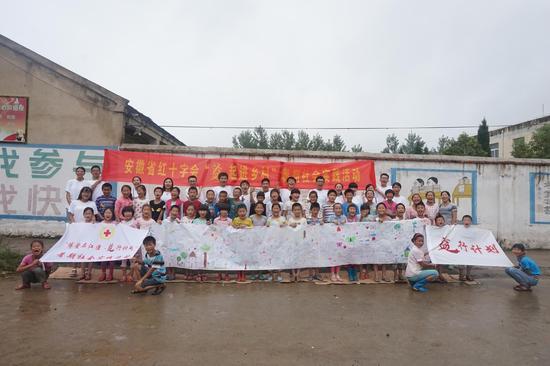 志愿者与孩子们合影