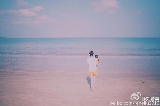 刘若英抱儿子海边散步