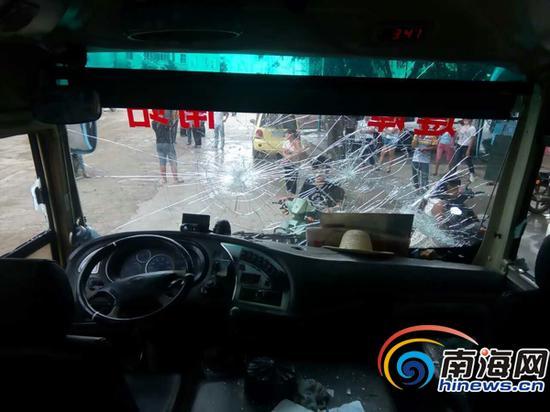 车窗被砸。
