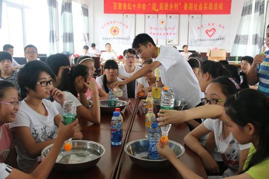 志愿者在给孩子们上课