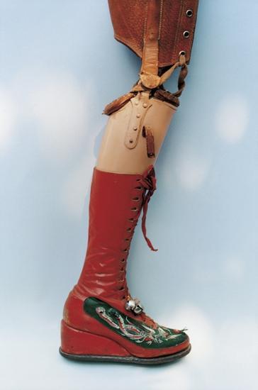 1953年截肢后,她设计了带着红丝带和铃铛靴子的假肢,上面还有中国的绣花