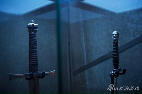注意其中一把有人像雕刻的武器