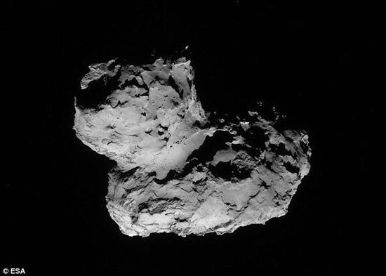 """借助""""罗塞塔""""号探测器,科学家观测到彗星67P拥有独特的""""橡皮鸭""""外形,然而却对其如何形成这种奇特外形迷惑不解。"""