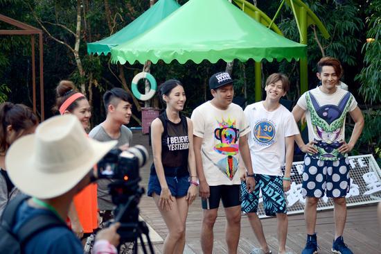 摄制组在鸟巢度假村录制节目