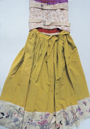 衣服上绣着她喜爱的中国风的图案