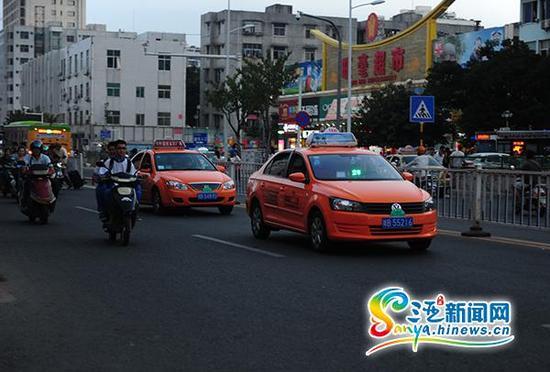 """三亚晚下班时间段,路面上随时可以看到""""空车""""标识的出租车。三亚新闻网记者沙晓峰摄"""