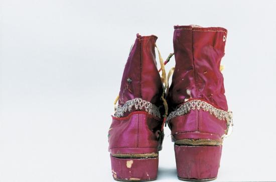 弗里达生前穿过的流苏靴,鞋跟经过特殊处理以协调双腿长度