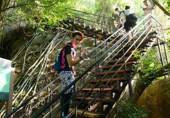 汪东城在景区雨林登山道上登山