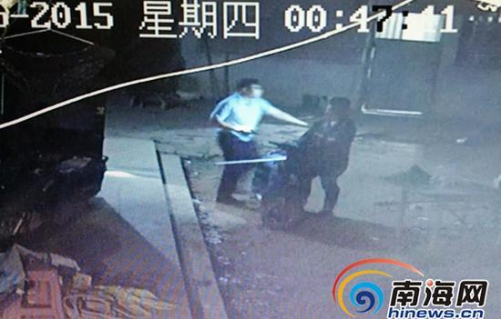 发现自己的电动车出现在宿舍院子,男子拿着一把长枪开始叫骂。趁其不备,民警迅速冲出来将其制服