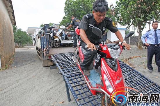 甲子镇停车场启用当天有300辆违规车辆被运来此处停放。南国都市报记者汪承贤摄