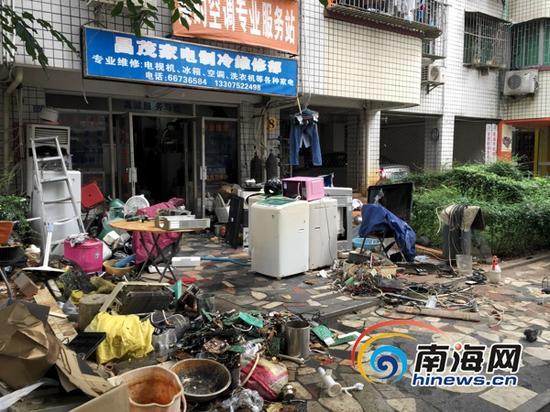 昌茂花园小区内维修店门口的乱堆乱放。(南海网记者周静泊摄)