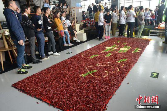成都男子用99999只红辣椒铺红地毯求婚