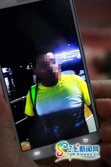 随后,三亚旅游警察根据游客提供视频信息,掌握了黑导游岐某钊的外貌特征。三亚新闻网记者邓松摄