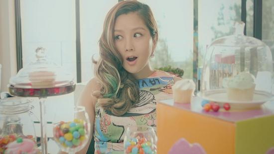 何洁新曲《球神》MV首发 挺孕肚大胆出镜