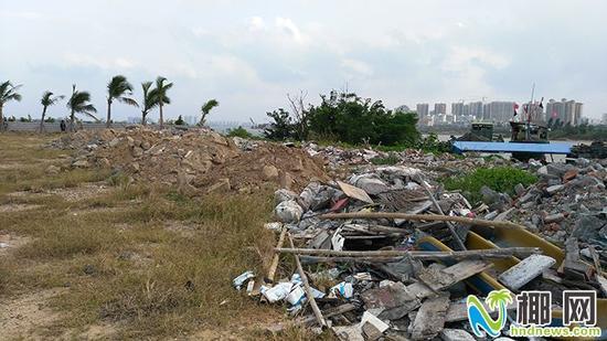 ▲新埠岛乱倒建筑垃圾现象