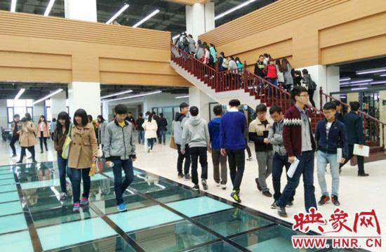 近日,郑州航空工业管理学院图书馆内一处悬空的玻璃路面引起了大家热议。