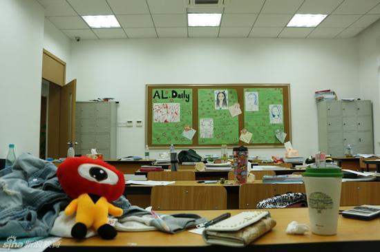 教室里,墙上随处贴着学生的作品