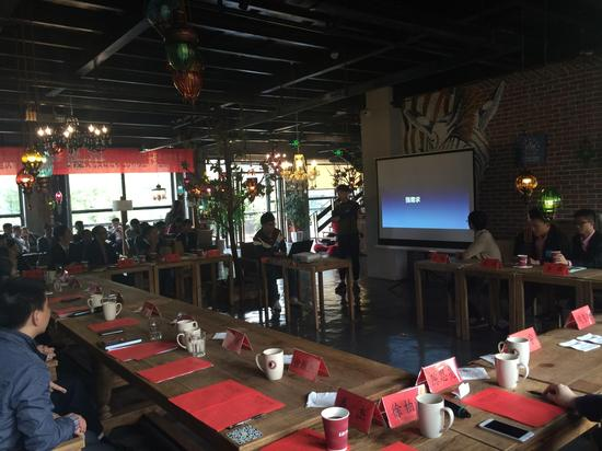 今日(6日)下午,红岩青春创赢未来重庆市第五届大学生创新创业文化实践活动之沙坪坝区大学生创客沙龙活动于融汇温泉创客小镇创业咖啡吧成功举行。来自重庆的五所高校11名创业代表现场进行了项目路演,赢得阵阵掌声。 现场路演的项目包括了由来自重庆大学创业团队打造的一款不看脸的校园社交APP和云威商城、来自重庆师范大学的新媒体创业信息平台建设、来自四川外国语大学的小马哒哒.