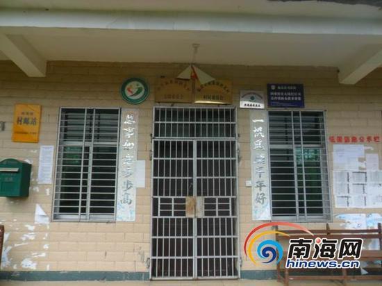 11月6日,南海网记者来到临高县新盈镇朗英村村委会。令人惊讶的是,偌大的该村办公楼竟然没有通路,走过一片泥泞和草地后,发现整栋办公楼皆空无一人。虽然此时是上午10时许,但却大门紧锁。(南海网记者组摄)