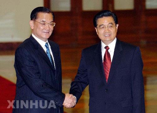 2005年4月29日,时任中共中央总书记胡锦涛在北京人民大会堂会见时任中国国民党主席连战。两人的这次握手,是时隔60年两党最高领导人的历史性握手。 新华社记者 张旭 摄
