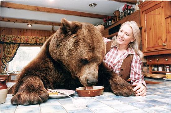 1994年,海格力斯与玛姬在吃早餐(网页截图)