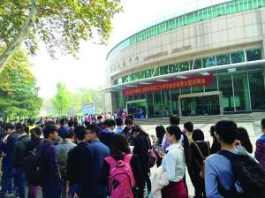 全省理工类招聘会在南理工举行,现场等待的同学排起百米长队