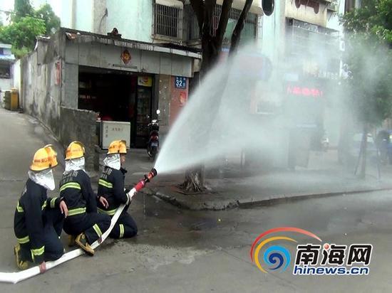 海口消防官兵在事故现场处置(通讯员吕书圣摄)