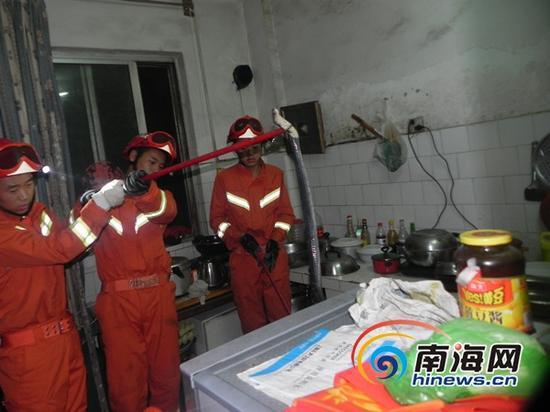 海口消防官兵在厨房内将毒蛇抓获 (通讯员吕书圣摄)