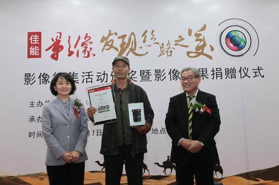 佳能(中国)为摄影大赛特等奖获得者李健颁奖