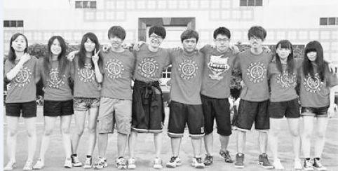 在台湾高校就读的大陆籍学生与台湾同学相处融洽。人民日报资料图