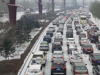 哈尔滨迎来今冬第一场雪 早高峰行车速度降四成