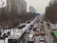 哈市首场降雪已持续10小时 早高峰全城变停车场