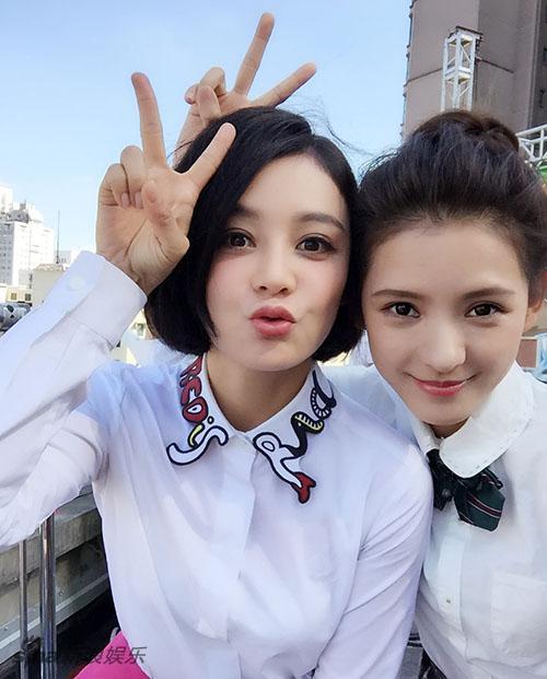 袁姗姗晒与大一学生搞怪自拍 没有年龄差