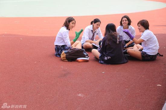 中外籍同学在操场畅谈