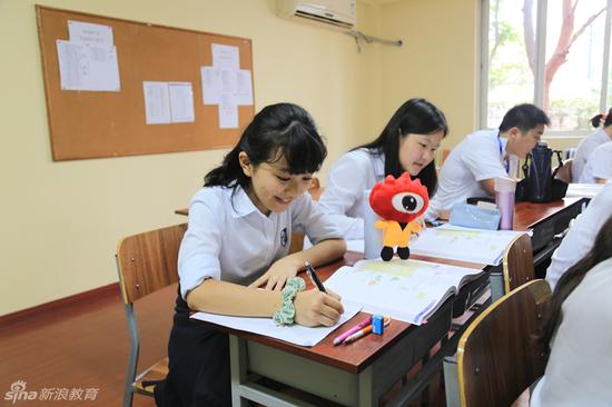 课堂上学生在做作业