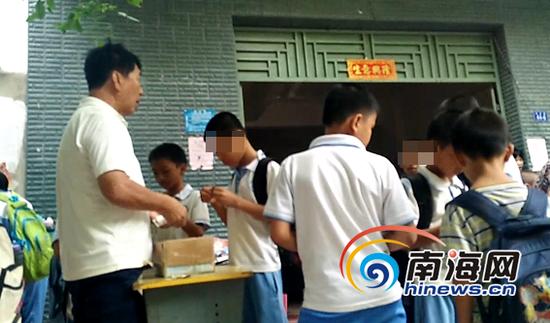 一名小学生正在购买博彩型刮刮卡。南海网记者 姜飞 摄