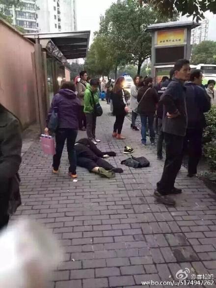 上海小轿车连撞数人已致2死(图)