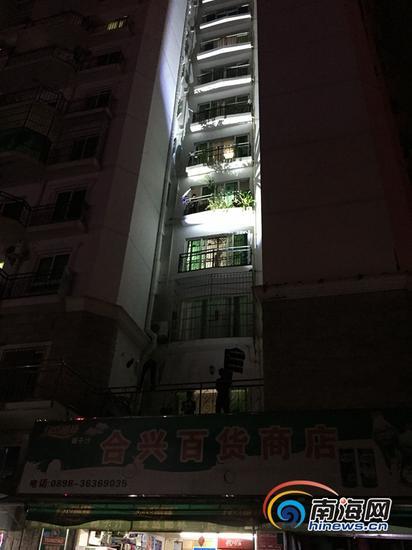 事发大楼多家住户未安装封闭防盗网。南海网记者高鹏摄