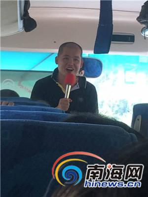 """10月29日,游客们一上车,导游就说,""""旅游贵宾券""""仅是来海南的""""报团""""门票,下车后需再缴纳850元加景点的费用。南海网记者组 摄"""