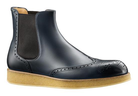 """""""阴影""""系列的鞋履囊括了英式Goodyear手法制作的德比鞋、车鞋、及踝靴以及休闲鞋"""