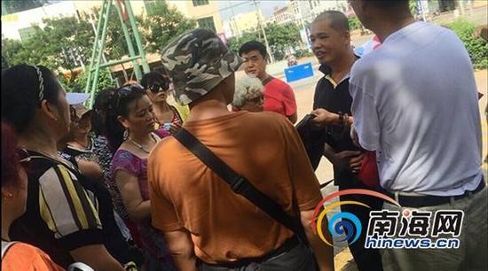 在海南热带飞禽世界景点外的停车场,导游和其助手两人就要求游客缴纳850元费用。南海网记者组 摄