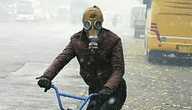 街头行人戴防毒面具出行