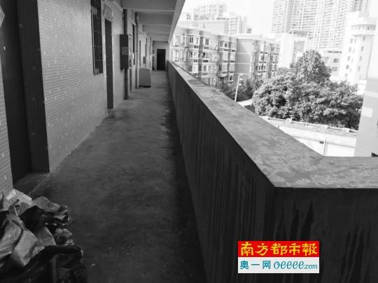 坠楼现场,校方称事发后警方在女生宿舍9楼发现女孩的一只鞋子。受访者供图