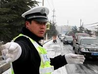 哈尔滨交警以雪为令 全员上路连续执勤七小时