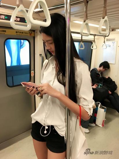 """地铁女神长腿气质好 cos""""深v版""""美少女战士"""