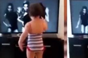 视频:萌娃脚踩妈妈高跟鞋 随歌扭臀摆胯