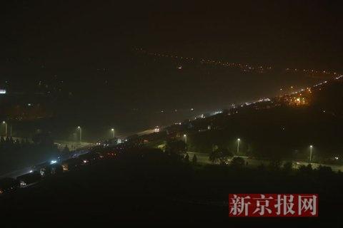 2015年11月10日晚上十时许,土桥收费站。由于通州东六环多车相撞事故,导致路面出现三个多小时的长达20多公里的严重拥堵。土桥收费站双方向的车流形成鲜明对比。新京报记者 彭子洋 摄